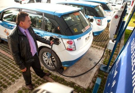 Electrolinera taxis eléctricos azules y blancos Bogotá